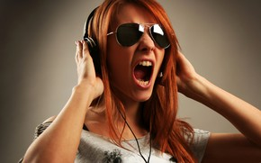 Картинка девушка, фон, наушники, очки, футболка, прическа, рыжая, крик