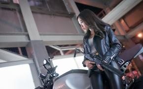Картинка девушка, мотоцикл, азиатка, глушитель, пистолет пулемет