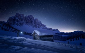Обои звезды, небо, домик, человек, зима, горы, снег, свет