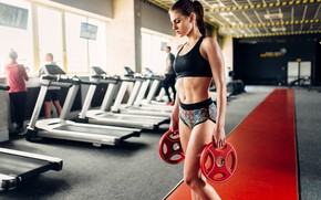 Картинка девушка, спорт, фигура, стройная, брюнетка, прическа, дорожка, шортики, спортивная, топик, фитнес, маечка, железо, спортзал, тренажёры