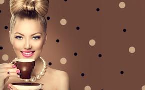 Картинка девушка, улыбка, стиль, модель, кофе, макияж, прическа, бусы