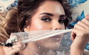Обои глаза, губки, sight, красавица, model, кудри, curls, beauty, макияж, cover up, милая, Sarah Harris, лежит, ...