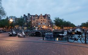Картинка деревья, огни, река, дома, яхты, вечер, Амстердам, фонари, канал, Нидерланды, мосты, катера, велосипеды
