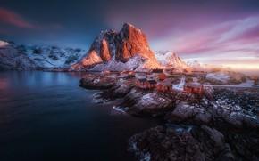 Обои зима, море, свет, снег, горы, скалы, остров, Норвегия, поселок, Скандинавия, Лофотенские острова, Норвежское море, коммуна ...