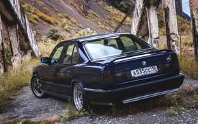 Картинка трава, горы, мост, природа, фары, бмв, трасса, BMW, Japan, wheels, диски, old, бумер, E34, low, …