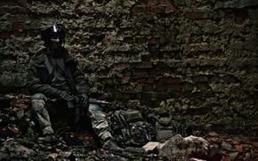 Картинка оружие, стена, солдат, кирпичи, сидит, униформа, привал, заброшенное_здание