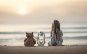 Обои песок, море, настроение, игрушка, девочка, фонарь, медвежонок, плюшевый мишка