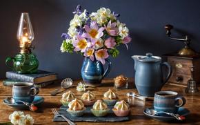 Обои цветы, стиль, книги, лампа, кофе, букет, тюльпаны, кружки, натюрморт, нарциссы, кексы, кофемолка