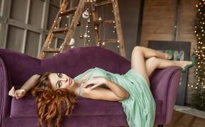 Картинка взгляд, девушка, шарики, поза, диван, волосы, платье, рыжая, ножки, рыжеволосая, локоны, стремянка, Георгий Дьяков