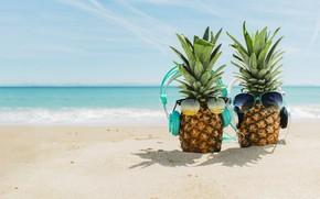 Обои песок, море, пляж, лето, отдых, наушники, очки, summer, ананас, happy, beach, каникулы, sea, headphones, sand, ...