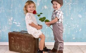 Обои мальчик, девочка, чемодан, girl, сидит, улыбки, boy, children, kids, дарит розу