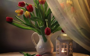 Картинка стол, огонь, лампа, свеча, светильник, тюльпаны, ваза, занавеска