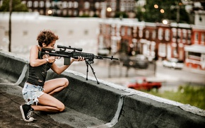 Картинка крыша, девушка, оружие