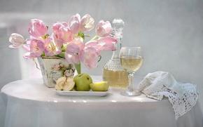 Обои яблоки, бокал, тюльпаны, натюрморт, графин, сидр