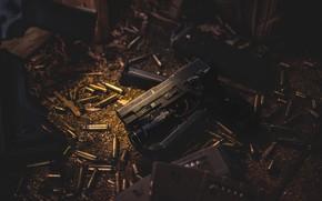 Картинка пистолет, фонарик, гильзы