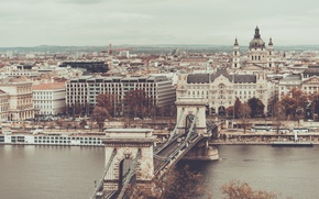 Картинка дорога, небо, машины, мост, город, река, движение, забор, вид, здания, дома, Венгрия, Будапешт