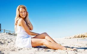 Картинка песок, девушка, солнце, улыбка, макияж, платье, прическа, ножки, сидит, в белом