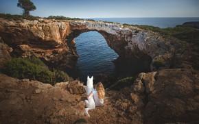 Картинка море, мост, природа, собака, девочка, арка, Испания, друзья, Средиземное море, Мальорка, Белая швейцарская овчарка