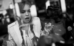 Картинка стекло, фото, модель, бокал, удивление, куртка, прическа, черно-белое, косички, красотка, Анастасия Щеглова, Anastasia Scheglova