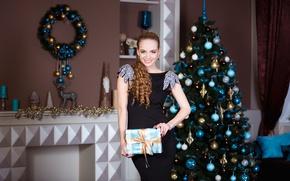 Картинка девушка, поза, улыбка, подарок, игрушки, новый год, рождество, макияж, фигура, платье, прическа, ёлка, шатенка, стоит, …