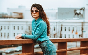 Картинка девушка, джинсы, очки, локоны