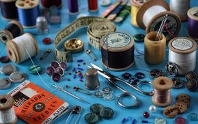 Обои пуговица, наперсток, сантиметр, булавка, иголка, шитье, ножницы, нитки