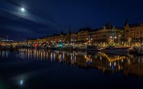 Обои река, набережная, фонари, ночь, луна, лодки, огни, суда, Швеция, Стокгольм, дома, небо