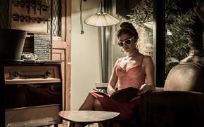 Обои стиль, радиола, книга, девушка, торшер, очки, кресло, винтаж