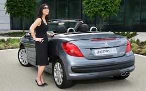 Картинка авто, взгляд, девушка, улыбка, Девушки, очки, кабриолет, Peugeot 207