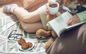 Обои book, drinking, warm, reading, девушка, Girl, bed, coffee, книга, кофе, печенье, socks, чашка, постель