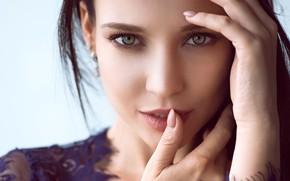 Картинка взгляд, крупный план, лицо, фон, модель, портрет, руки, макияж, брюнетка, красотка, боке, Angelina Petrova, Ангелина …