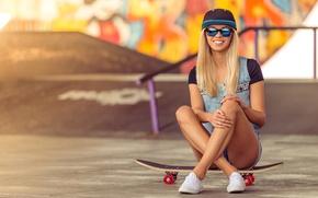 Обои кеды, граффити, доска, стена, джинсовка, прическа, шорты, настроение, кепка, очки, скейт, скейтборд, поза, блондинка, улыбка, ...