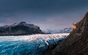 Картинка ледник, обрыв, скалы, пейзаж, девушка, Исландия, настроение, красное платье, горы