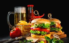 Обои пиво, картофель фри, черный фон, нож, боке, бутылка, мясо, стакан, кетчуп, помидор, бутерброды, гамбургеры, вилка, ...