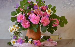 Картинка ваза, натюрморт, ромашки, чашка, розы, листья