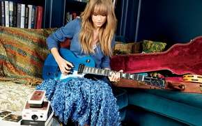 Обои диван, гитара, Taylor Swift, фотосессия, футляр, Тейлор Свифт, Glamour, Patrick Demarchelier