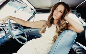 Картинка девушка, поза, макияж, платье, актриса, прическа, Kate Beckinsale, шатенка, Кейт Бекинсейл, красивая, сидит, в белом, …