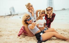 Обои блондинки, пляж, песок, боке, море, селфи, улыбки, подружки, очки, радость, девушки