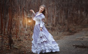 Обои лес, девушка, деревья, поза, настроение, ситуация, корона, платье, фонарь, фотограф Светлана Никотина, Наталья Емельянова