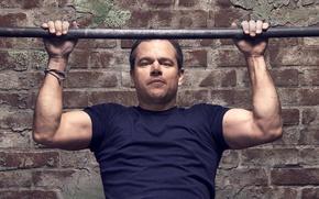 Обои Мэтт Дэймон, фотосессия, Matt Damon, Jason Bourne, Nino Munoz, кирпич, футболка, актер, перекладина, для фильма, ...