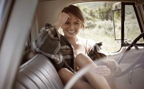Обои Chrissy Teigen, девушка, улыбка, авто