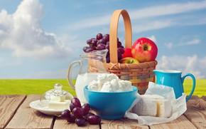Обои пейзаж, яблоки, кувшины, небо, корзина, фрукты, доски, сыр, боке, чашка, фон, стол, облака, виноград, горизонт, ...