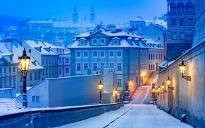 Обои зима, свет, снег, город, улица, дома, Прага, фонари
