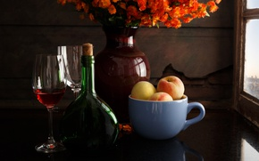 Обои цветы, стиль, вино, бутылка, бокалы, кружка, ваза, натюрморт, персики