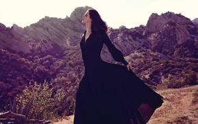 Картинка солнце, пейзаж, горы, природа, макияж, платье, брюнетка, прическа, грация, красотка, позирует, в черном, Lana Del …