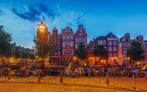 Картинка небо, облака, деревья, мост, огни, дома, лодки, вечер, Амстердам, фонари, канал, Нидерланды, велосипеды
