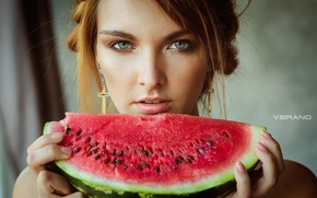 Картинка girl, photo, photographer, food, blue eyes, model, melon, lips, face, blond, watermelon, portrait, mouth, earrings, …