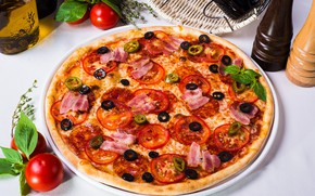 Картинка пицца, помидор, бекон, маслины, специи, базилик