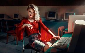Картинка поза, модель, стулья, юбка, макияж, фигура, прическа, блондинка, компьютеры, блузка, клавиатура, зал, красотка, сидит, красная, …
