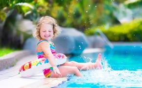 Картинка лето, радость, брызги, ребенок, бассейн, девочка